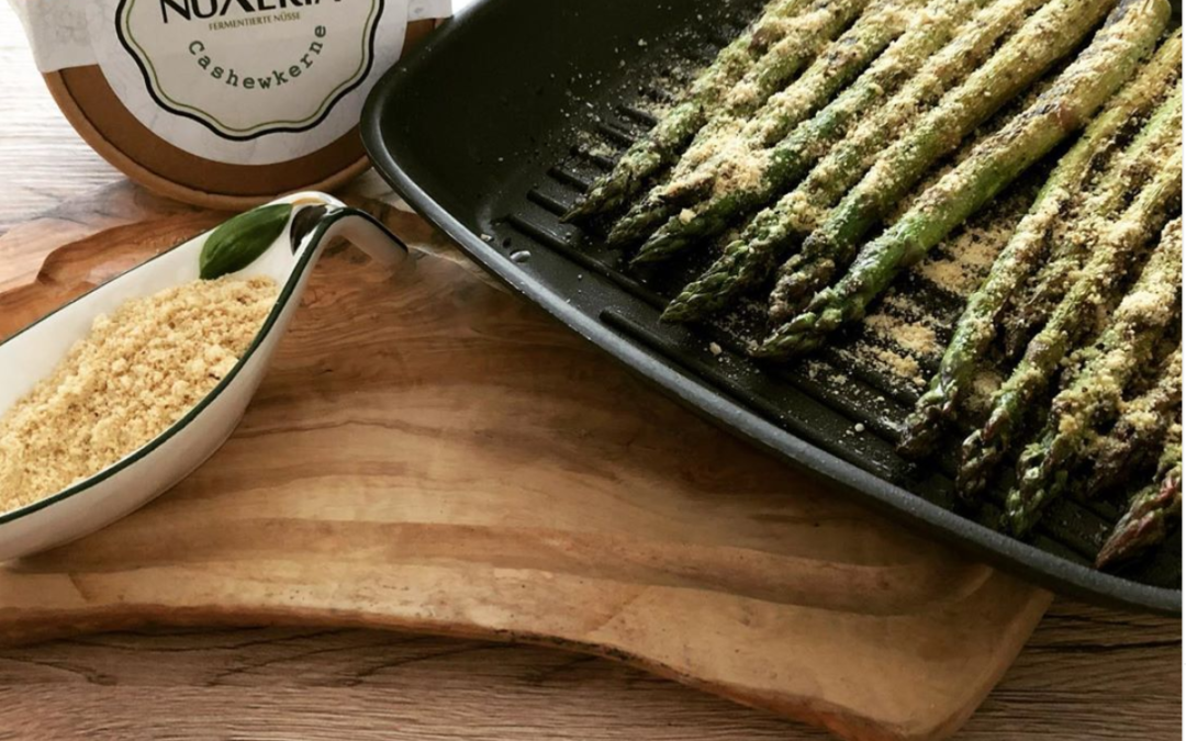 Grüner Spargel mit Parmesankäse